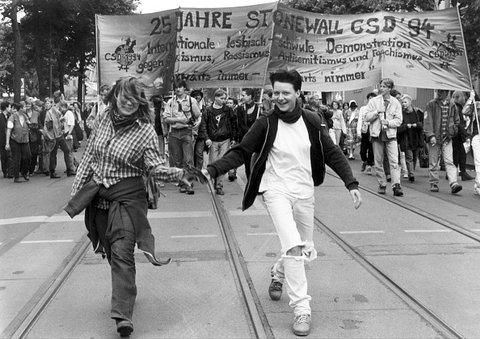 (GERMANY OUT) Christopher Street Day - Demonstration von Schwulen und Lesben in Berlin , lesbisches Pärchen  (Photo by snapshot-photography/ullstein bild via Getty Images)