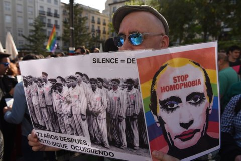 MADRID, SPAIN - 2017/04/25: A man holds a picture of Vladimir Putin as he takes part in a protest in Madrid against the persecution of gay men in Chechnya. (Photo by Jorge Sanz García/Pacific Press/LightRocket via Getty Images)