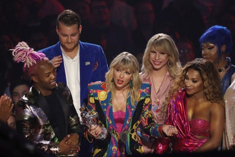 NEWARK, NEW JERSEY - AUGUST 26: Taylor Swift receives award onstage during the 2019 MTV Video Music Awards at Prudential Center on August 26, 2019 in Newark, New Jersey.